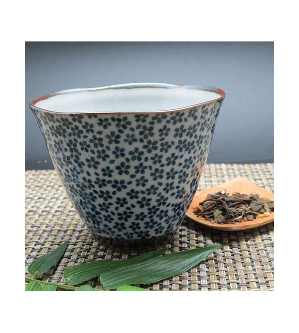 tasse bleue japon 150ml motif petites fleurs teamothe. Black Bedroom Furniture Sets. Home Design Ideas